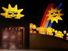 Inflatable suns and rainbow<br/>Scenography: Pierre Labonté